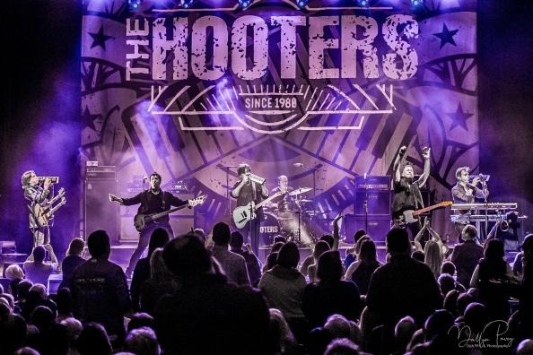 hooters-1995.jpg